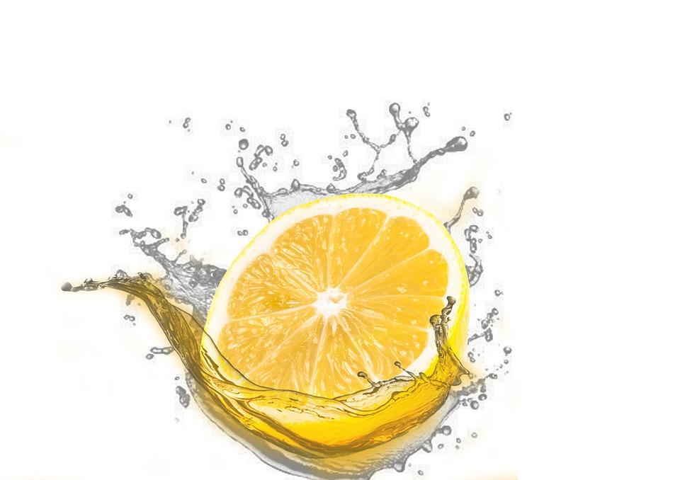 Il tuffo del limone nell'acqua calda